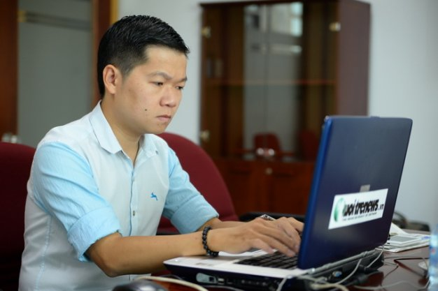 Mr. Nguyen Chi Hieu - Product Manager of Yola Center answered questions readers - Photo: Huu Khoa