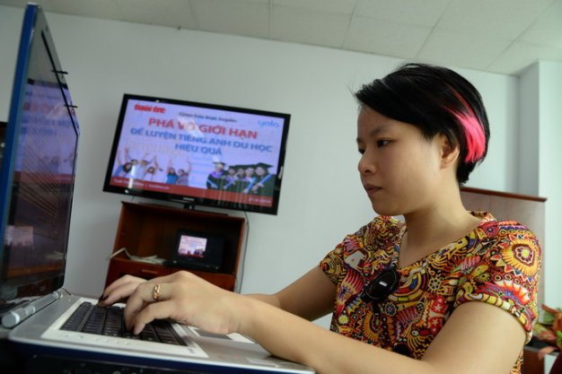 Ms. Nguyen Lan Huong - Academic Director Yola answer questions readers - Photo: Huu Khoa